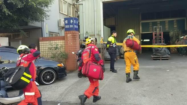 台中市工業區一家工廠發生工人被機械設備壓住,消防人員前往搶救。(黃國峰攝)