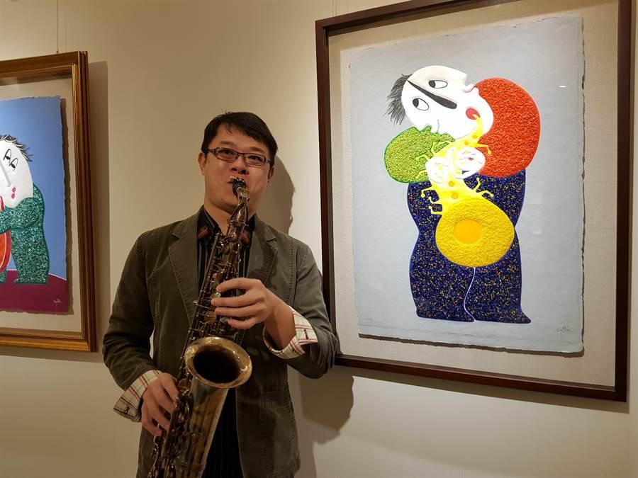 雅克音樂負責人林長志,配合雷普耶斯畫作,演夾薩克斯風。(圖/顏瑞田攝)