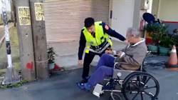老翁輪椅卡車陣警 伸援手護返家