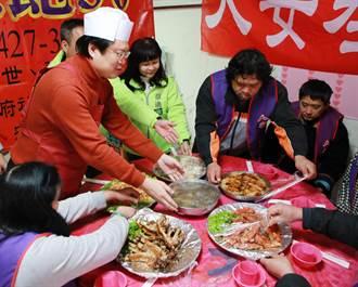 寒士辦桌認桌僅5成 林右昌化身「總鋪師」為街友下廚