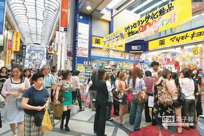 台灣人赴日旅遊,最愛去藥妝店血拚囤貨。(本報系資料照)
