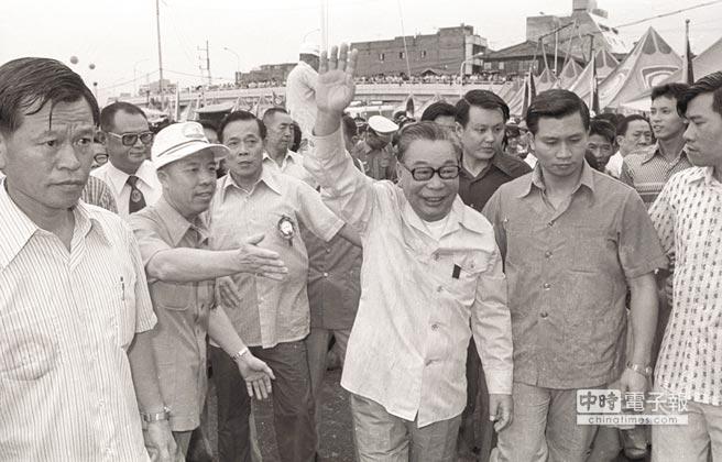 故總統蔣經國親民形象深植人心,圖為昔日蔣冒雨蒞臨台北淡水河畔,為中正杯龍舟競賽運動員加油,並親切地走向群眾,和大家打招呼。(本報資料照片)