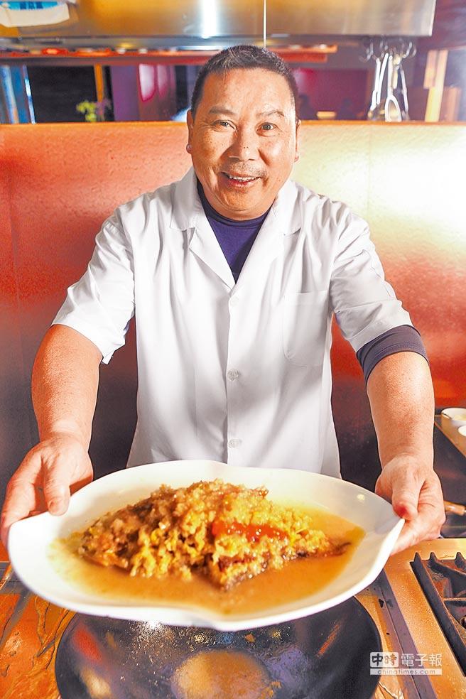 位於台北市衡陽路的極品軒江浙菜餐廳,人稱「掌櫃」的老闆兼主廚陳力榮說,當兵時曾多次為蔣經國下廚,圖為他端上被蔣經國讚不絕口的燜燒黃魚。(鄧博仁攝)