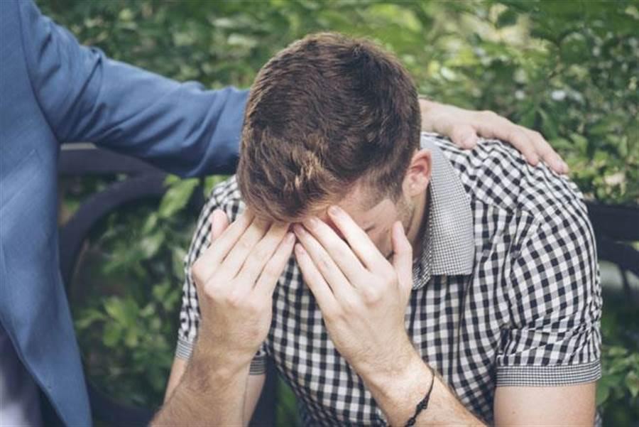 有研究指出,男性每個月有幾天會情緒特別低落,其實是受到睪固酮的影響。(達志影像/shutterstock)