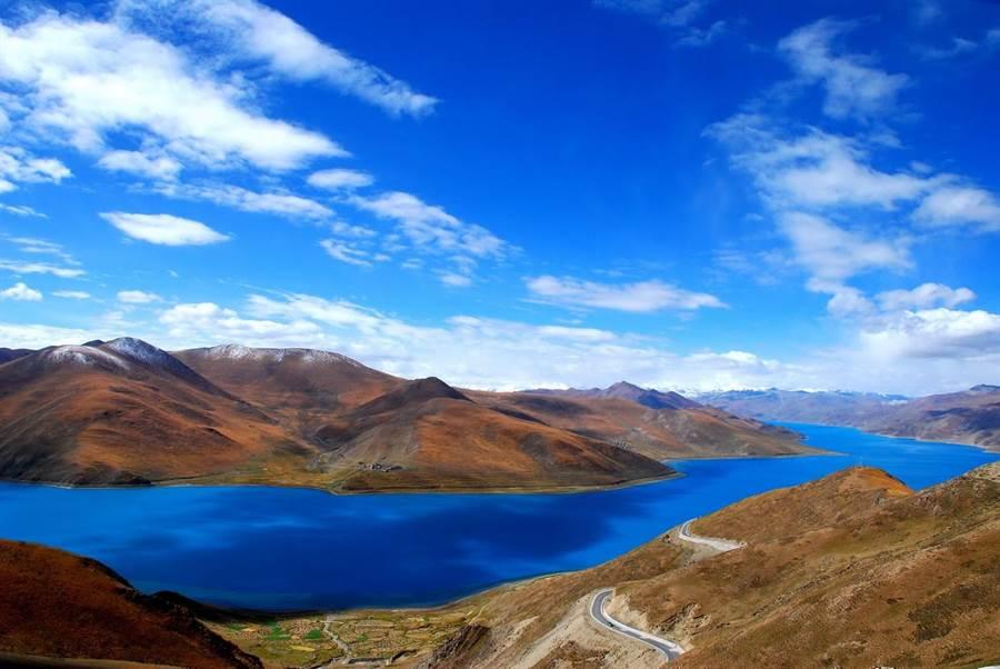 藏傳佛教認為,羊湖是龍女的化身,神聖且不可侵犯。(圖片/維基百科)
