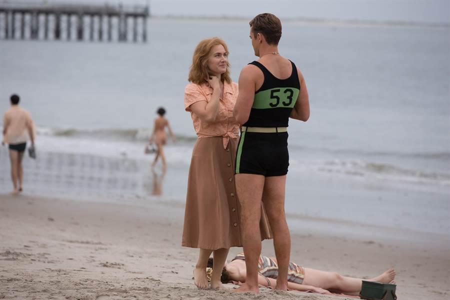 大賈斯汀(右)為戲穿上連身泳衣。(甲上提供)
