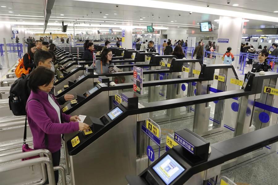 旅客在上海浦東機場T2航站樓出境大廳自助出境通關的資料照。(中新社)