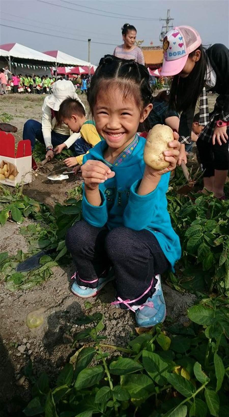 后里「挖薯趣」廣受民眾歡迎,圖為去年活動小孩開心模樣。(后里區農會提供)