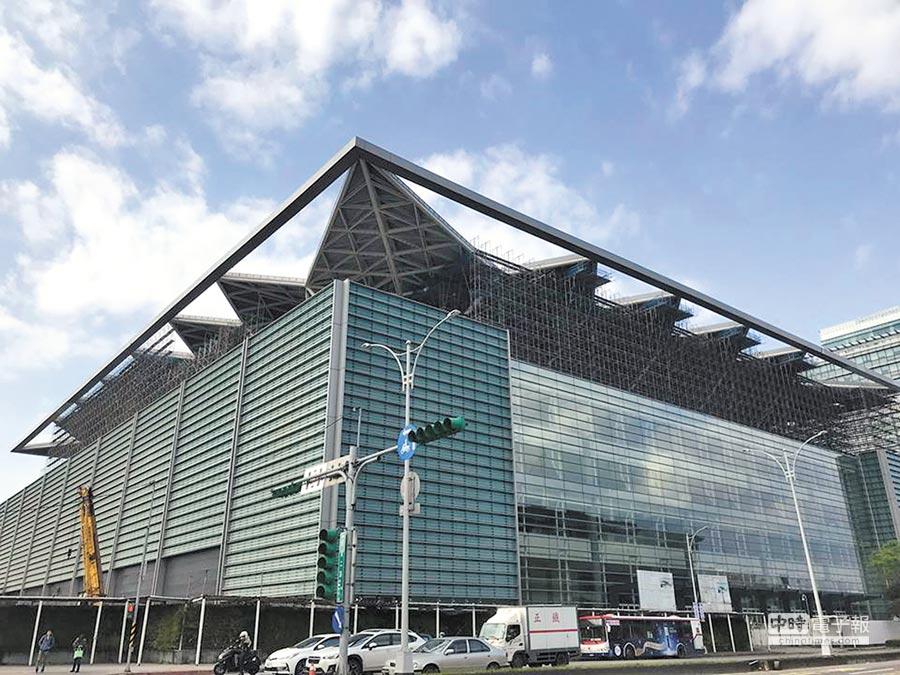 即將於今年4月完工的南港展覽館2館,目前工程單位仍加緊趕工中。(翻攝自林欽榮臉書)
