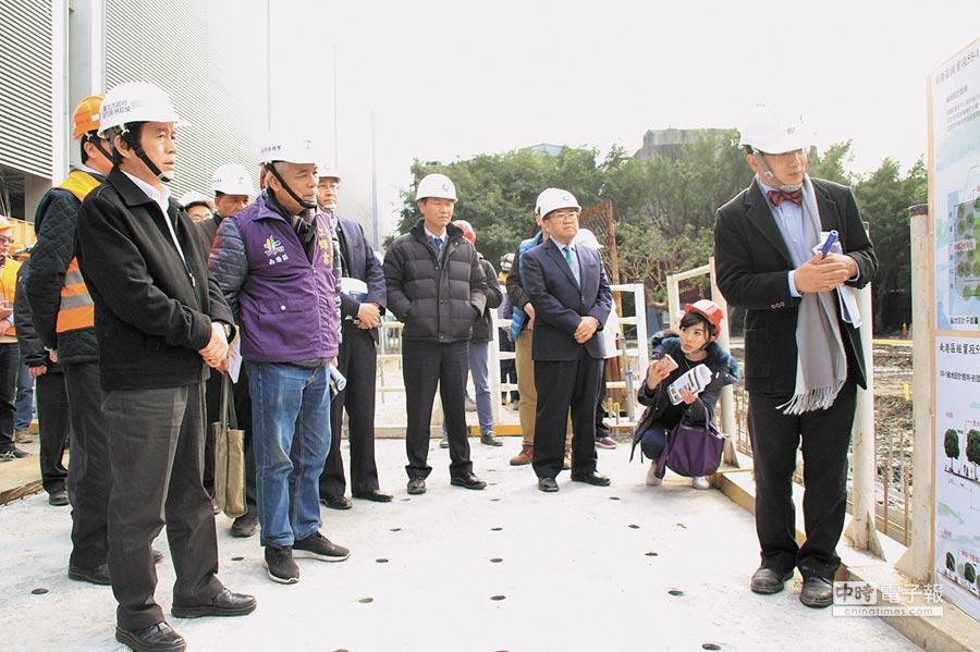 台北市副市長林欽榮(左一)在三重綠地公園預定地,聽取建築師簡報。(曾百村攝)