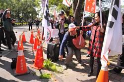 蔡英文中興新村為洪國浩造勢 民眾踩空心菜抗議