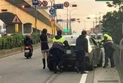 雙B沒油停路中 糗讓著裙正妹低溫中看警推車
