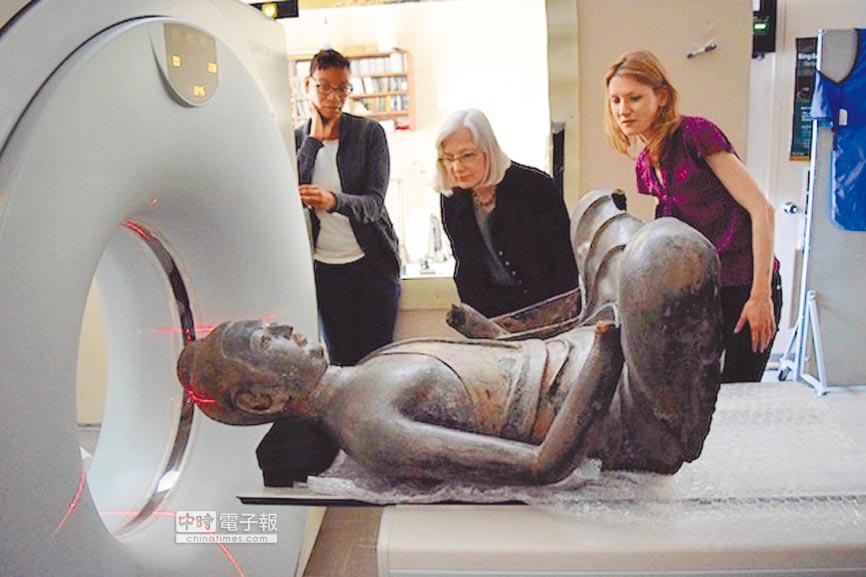 美國國家自然歷史博物館對弗利爾美術館的漆佛雕塑進行電腦斷層掃描。(取自澎湃新聞網)