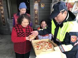 富基鎮海宮關懷獨居老人 發放物資請吃披薩
