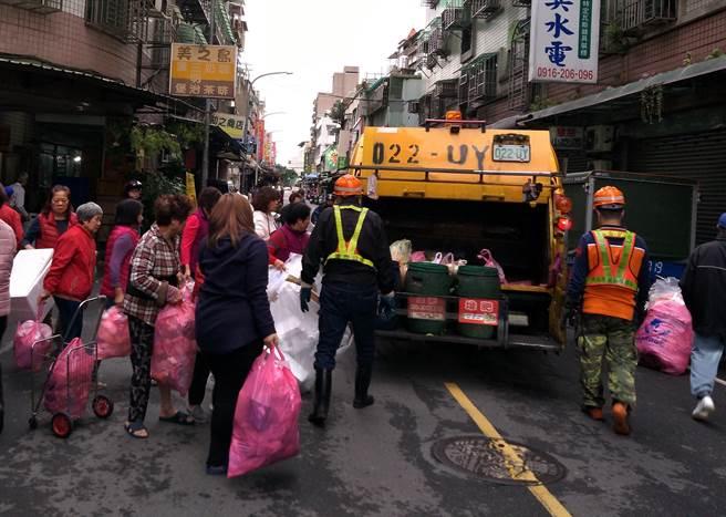 民眾將家中大掃除的垃圾交由清潔隊收運。(譚宇哲翻攝)