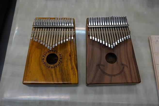 大陸製卡林巴琴(左)琴身採用大葉相思木,台灣製琴身則採用小葉相思木,質感略勝一籌。(王文吉攝)