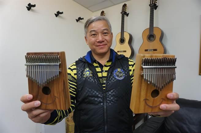 鄭啟富自創「微笑」卡林巴琴品牌,MIT產品在本月進軍大陸市場。(王文吉攝)