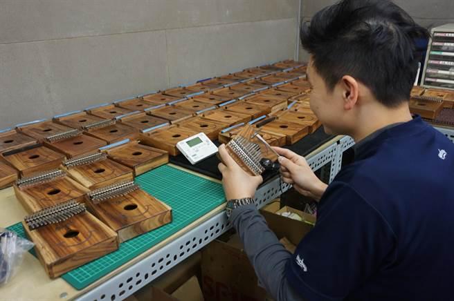 「微笑」卡林巴琴的鋼片,琴身委外代工,至於組裝、調音、品管及包裝等則在自家廠內完成。(王文吉攝)