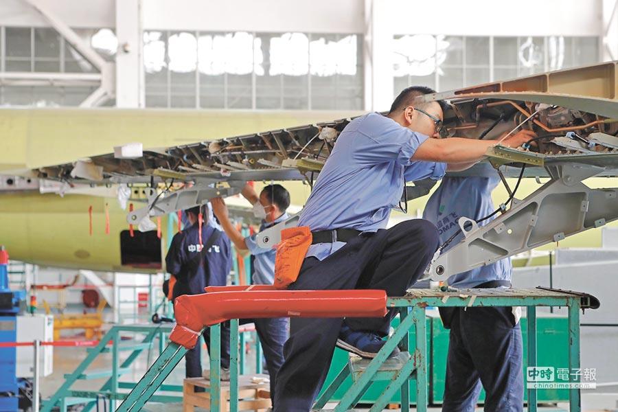 新規准入放寬涉及航空公司、機場、航空燃油、等多個民用航空核心領域。圖為工作人員總裝飛機。(中新社資料照片)