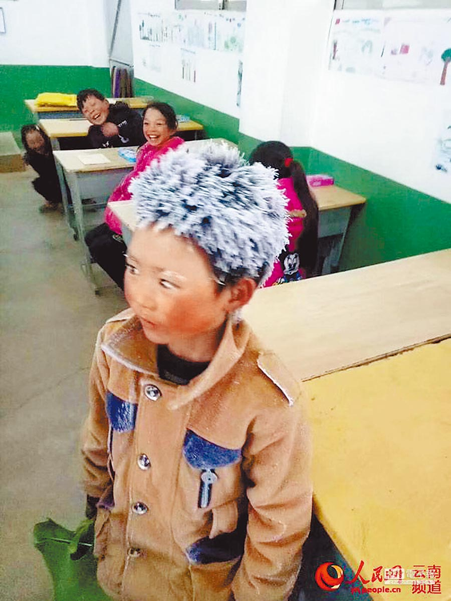 云南鲁甸「冰花男孩」王福满,头髮、睫毛上沾满了冰霜。(取自人民网)