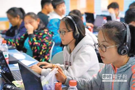 2017年10月,由乂學教育開發的智適應教學機器人「松鼠AI」和三名17年平均教齡的中高級教師進行PK。(取自中新網)