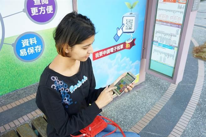 大台南公車APP新增英日文版本,方便外籍旅客使用。(洪榮志攝)