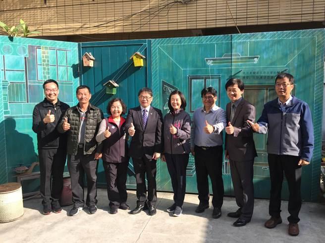 台南市重現葉石濤筆下「蝸牛巷」,如今成為台南炙手可熱的巷弄景點,李孟諺(左四)等人在裝置藝術前合影。(曹婷婷攝)