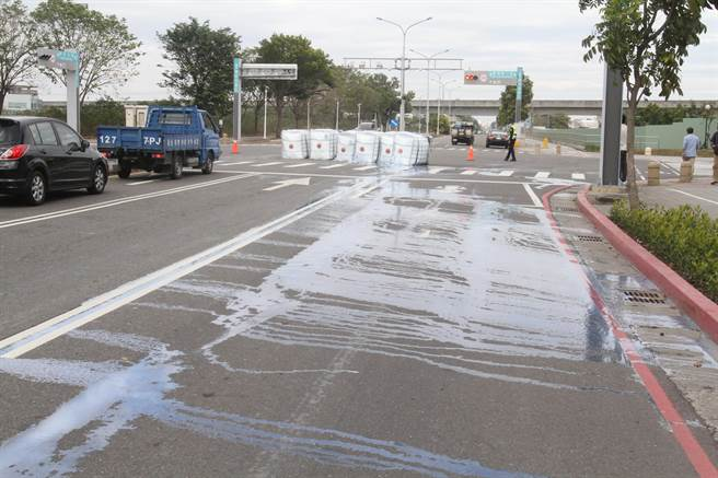 滿載化學液體的桶槽從車上掉落,桶身破裂,液體流了一地。(莊曜聰攝)