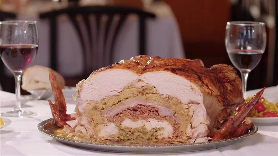 家裡若是有大烤箱,也可挑戰做做看Turducken。(取自 foodnetwork.com)