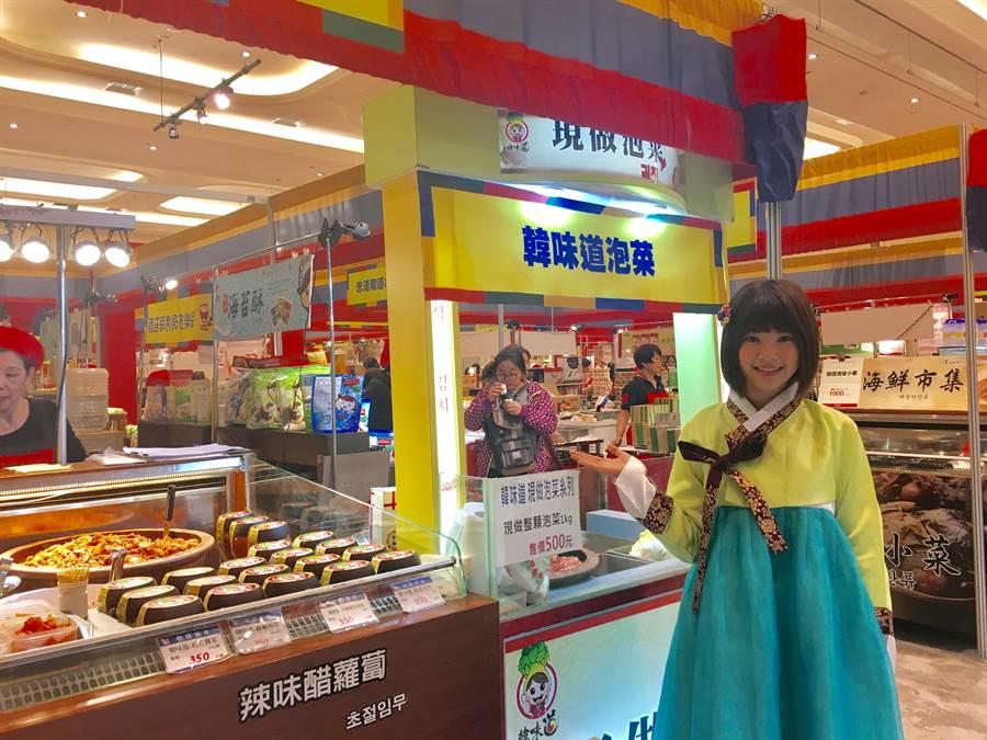 新光三越台北南西店韓國商品展有韓服體驗與傳統泡菜DIY。(郭家崴攝)