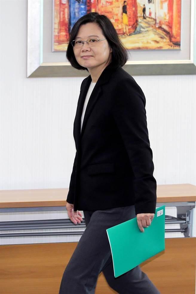 民進黨主席蔡英文17日赴民進黨中央主持中常會。(黃世麒攝)