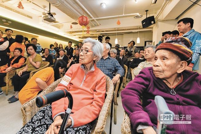 陳時中表示,目前包括「ABC社區整體照顧模式」布建,已完成720個點,照護更全面,圖為北投日照中心老人照護情形。(本報資料照片)