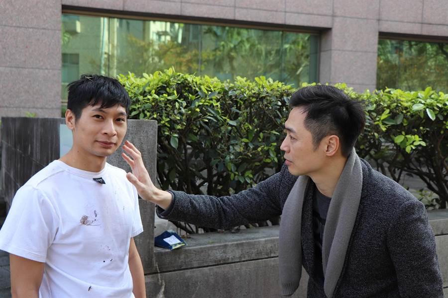 為求角色逼真,宋達民(右)就地取材為扮演窮人的逸祥「上妝」。(圖/協會提供)