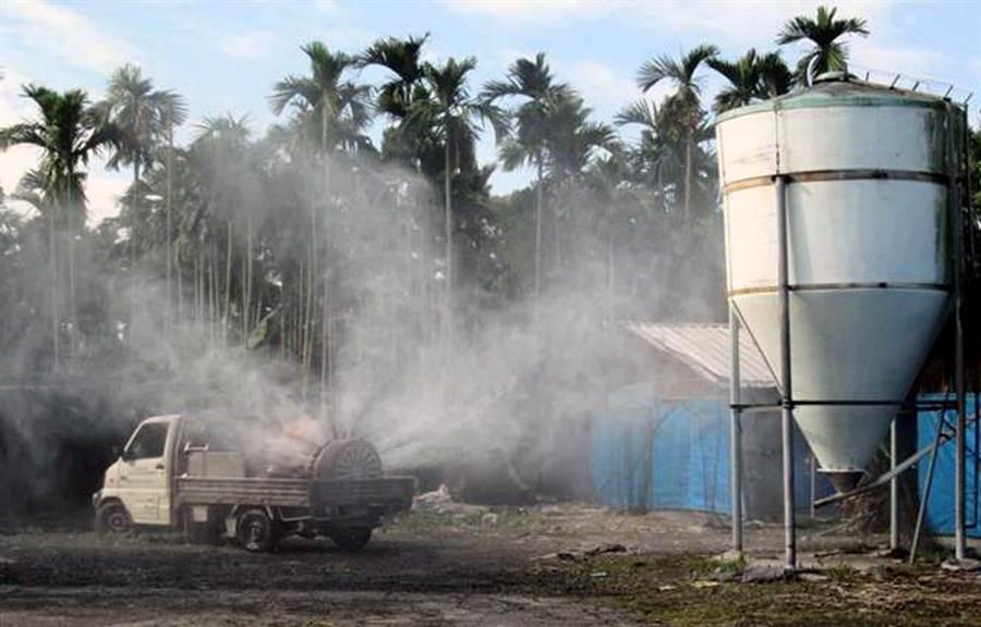 冬季是禽流感好發季節,養禽場進行消毒作業。(潘建志翻攝)