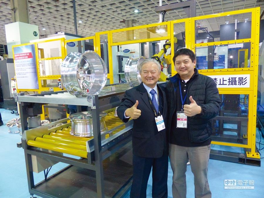 遠東機械董事長莊國輝(左)與總經理莊宇龍父子帶領研發團隊合力開發出國內首條智慧自動化鋁輪圈生產線,吸引國際鋁輪圈大廠爭相下單。圖/莊富安