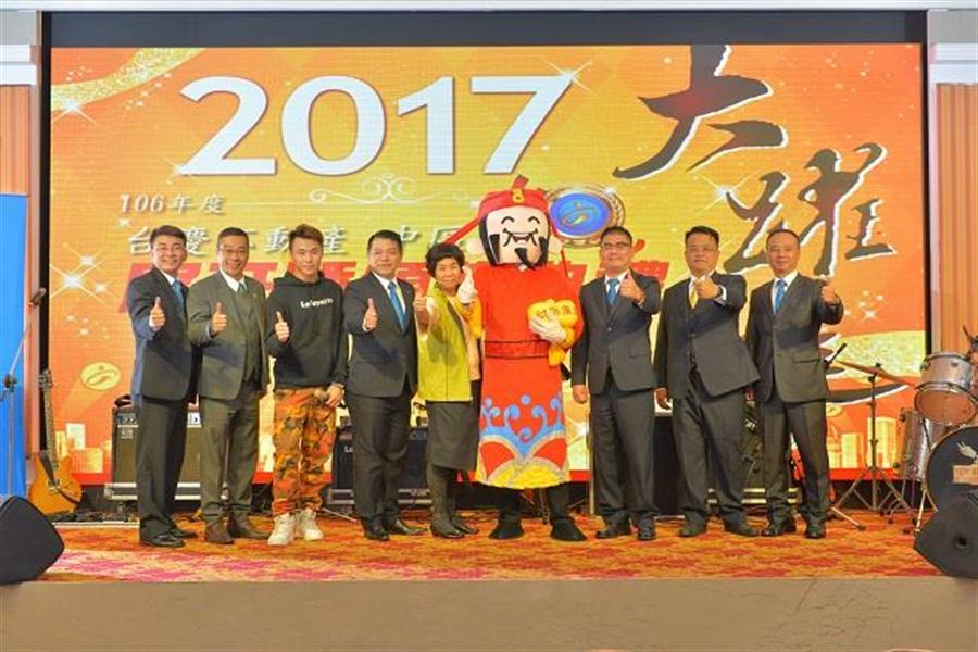 在台慶不動產中區經管會菁英的帶領下,期許2018績效能更上一層樓。(永慶房產集團 提供)