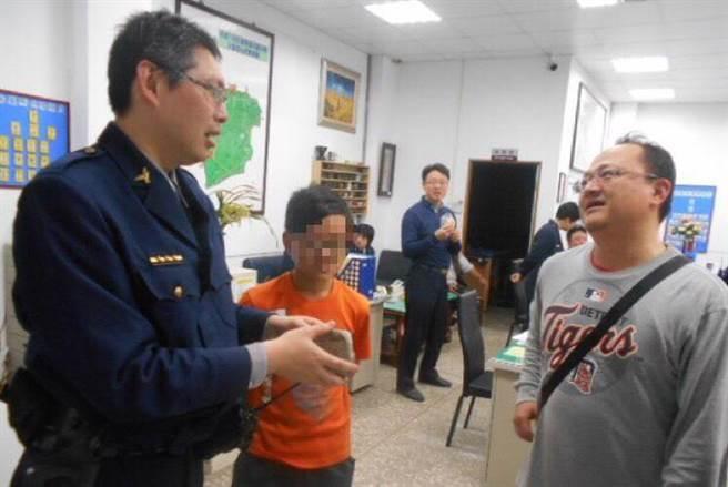 葉童父親(右一)感謝警方協助兒子將補習費找回來。(呂筱蟬攝)