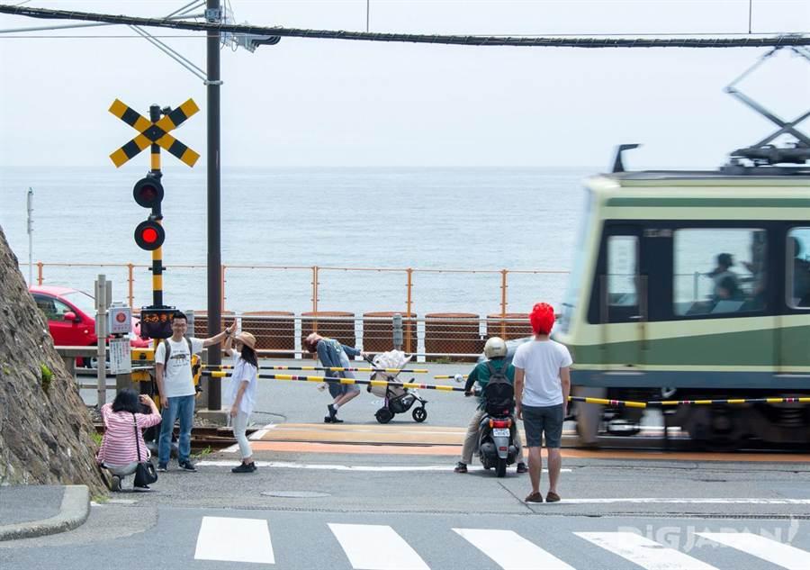 不少動漫迷來平交道朝聖,卻也經常造成交通大亂。(圖片取自於/digjapan)