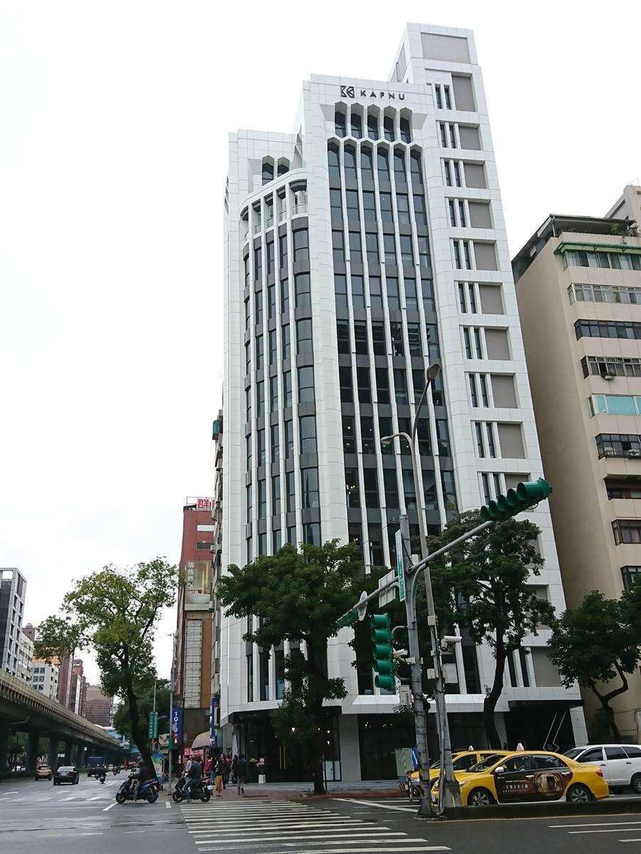 Kafnu(凱富諾)台北旗艦館擁有12層樓完整空間,座落於復興南路、民生東路口,鄰近捷運中山國中站,擁有交通便利的地利優勢。(林資傑攝)