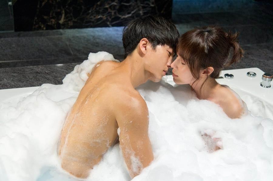 邱昊奇和小薰共浴。(三立提供)