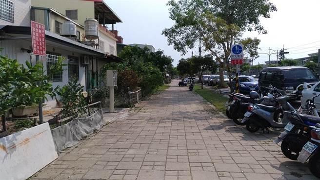 工務局表示,河華路、巨輪路將拆除原有人行空間鋪面磚,進行改善。(林雅惠翻攝)