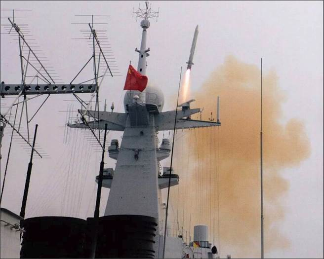 052D驅逐艦發射鷹擊-18導彈。(圖/鳳凰網)