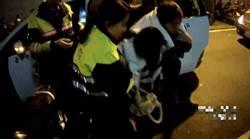 醉女躺路邊險被撿屍 2女警護送扶回家