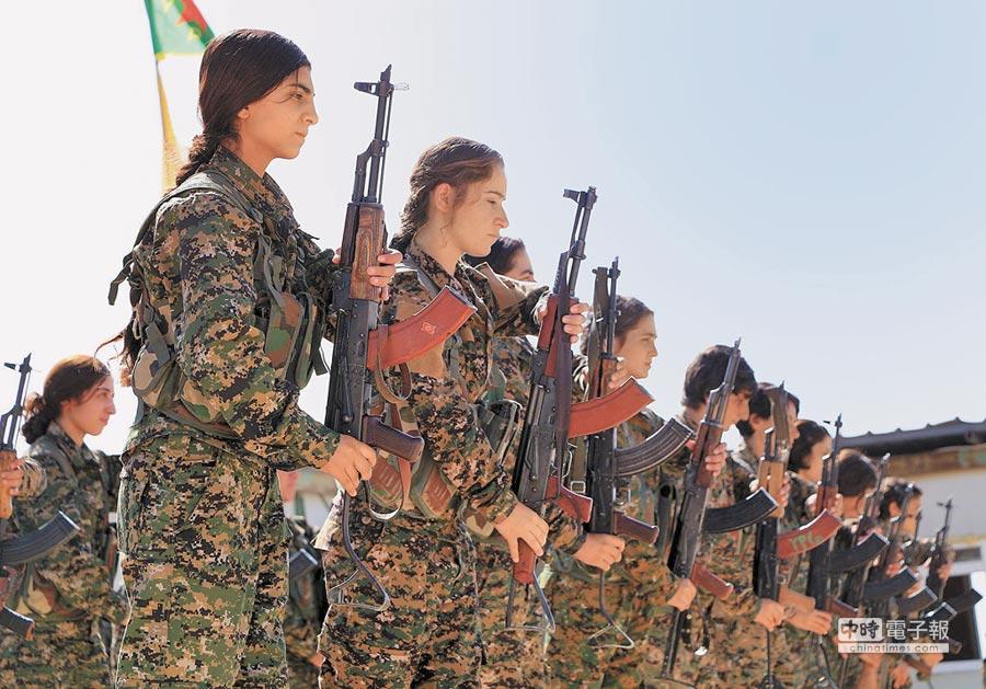 在敘利亞和伊拉克戰場上,庫德族女戰士是抗擊「伊斯蘭國」恐怖分子的一支主要力量。(美聯社)
