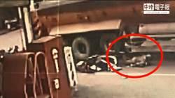 影》砂石車擦撞機車 婦人倒地險遭爆頭輾過