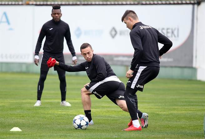 保加利亞足球勁旅索菲亞斯拉維亞也到土耳其的阿蘭亞,與花蓮高農在同一個足球訓練場操兵,左為斯拉維亞的肯亞國腳歐瑪。(李弘斌攝)