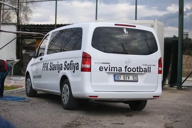 艾維馬公司9人座小型接駁車上除了公司名稱,竟然還有索菲亞斯拉維亞的隊名「PFK SLAVIA SOFIA」,令客隊備感尊重。(李弘斌攝)