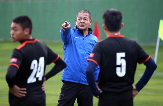 花農在土耳其首次進行有球練習,但球員專注力不夠,讓總教練李文財有些生氣。(李弘斌攝)
