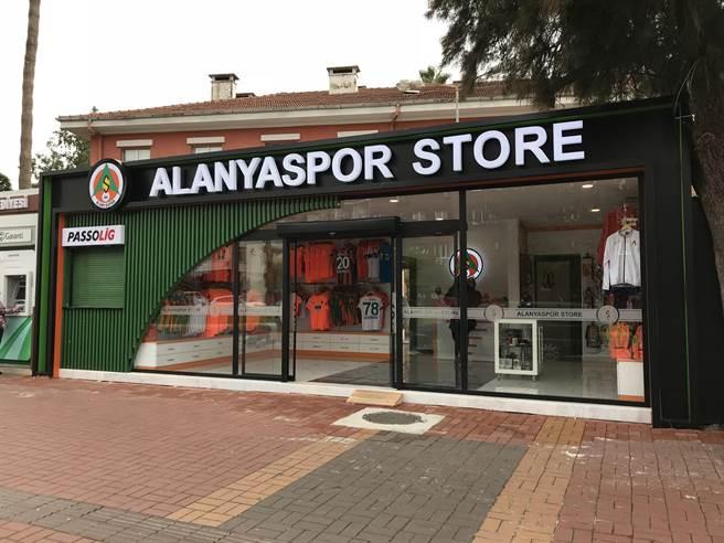 阿蘭亞市區就有當地職業足球俱樂部阿蘭亞體育的商品專賣店,球衣也是亮眼的螢光橘。(李弘斌攝)