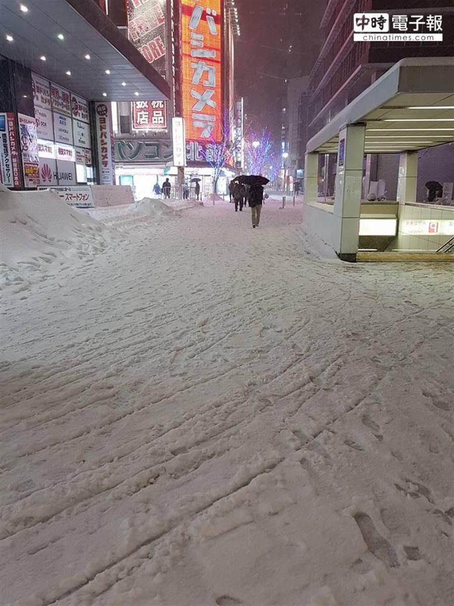 日本陸空交通大打結 街道多處積雪